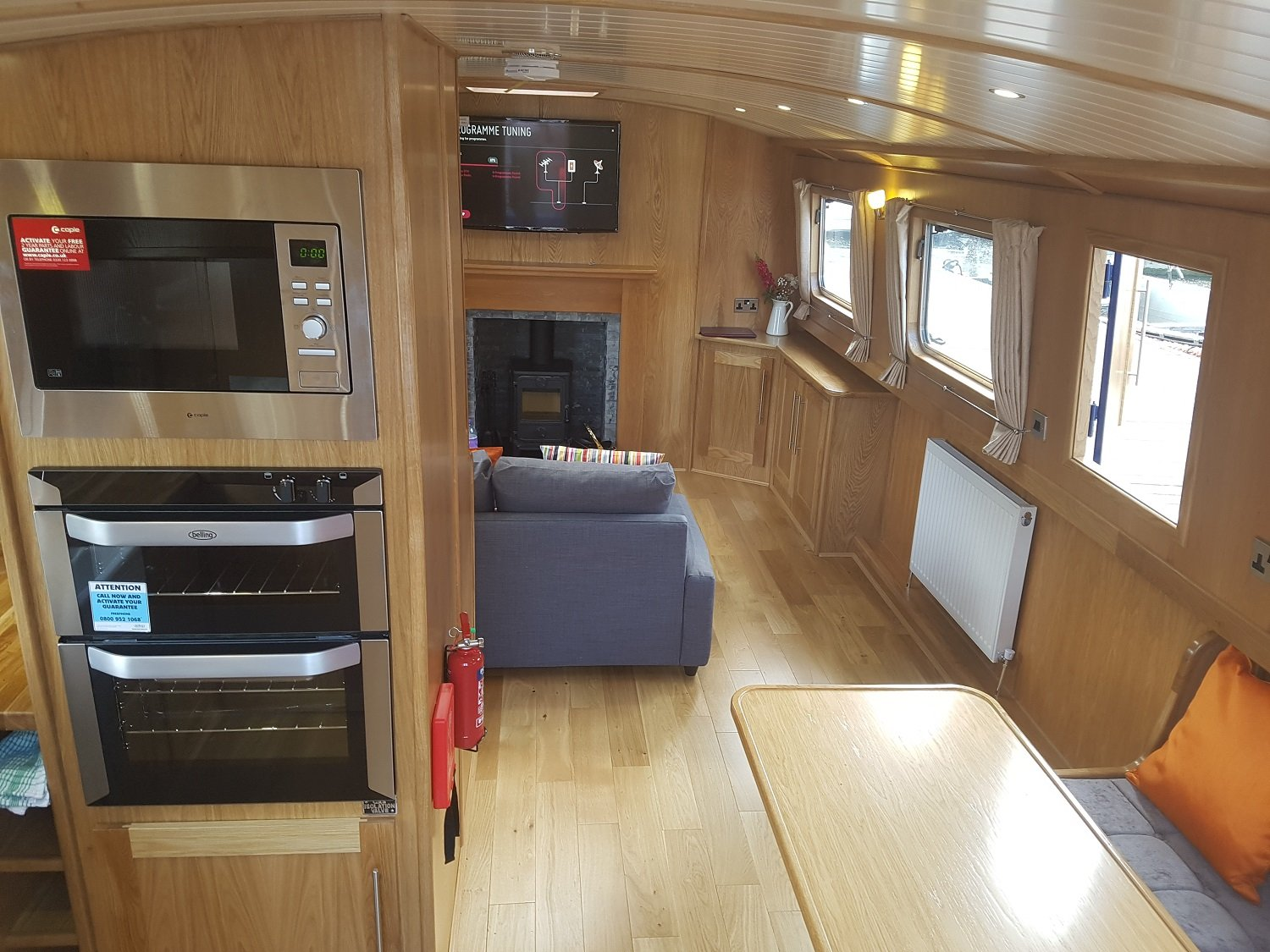 Lounge dinette facing stern